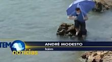 Repórter da Globo entra em rio, escorrega em pedras e leva tombo ao vivo