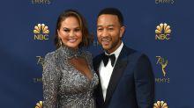 Moderatoren-Witze bei den Emmys: Chrissy Teigens Reaktion ist unbezahlbar