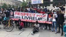 """""""Respect aux livreurs"""": des coursiers protestent contre les discriminations à Paris"""