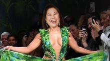 Dona Kika Sato banca a Jennifer Lopez em montagem e ganha elogios