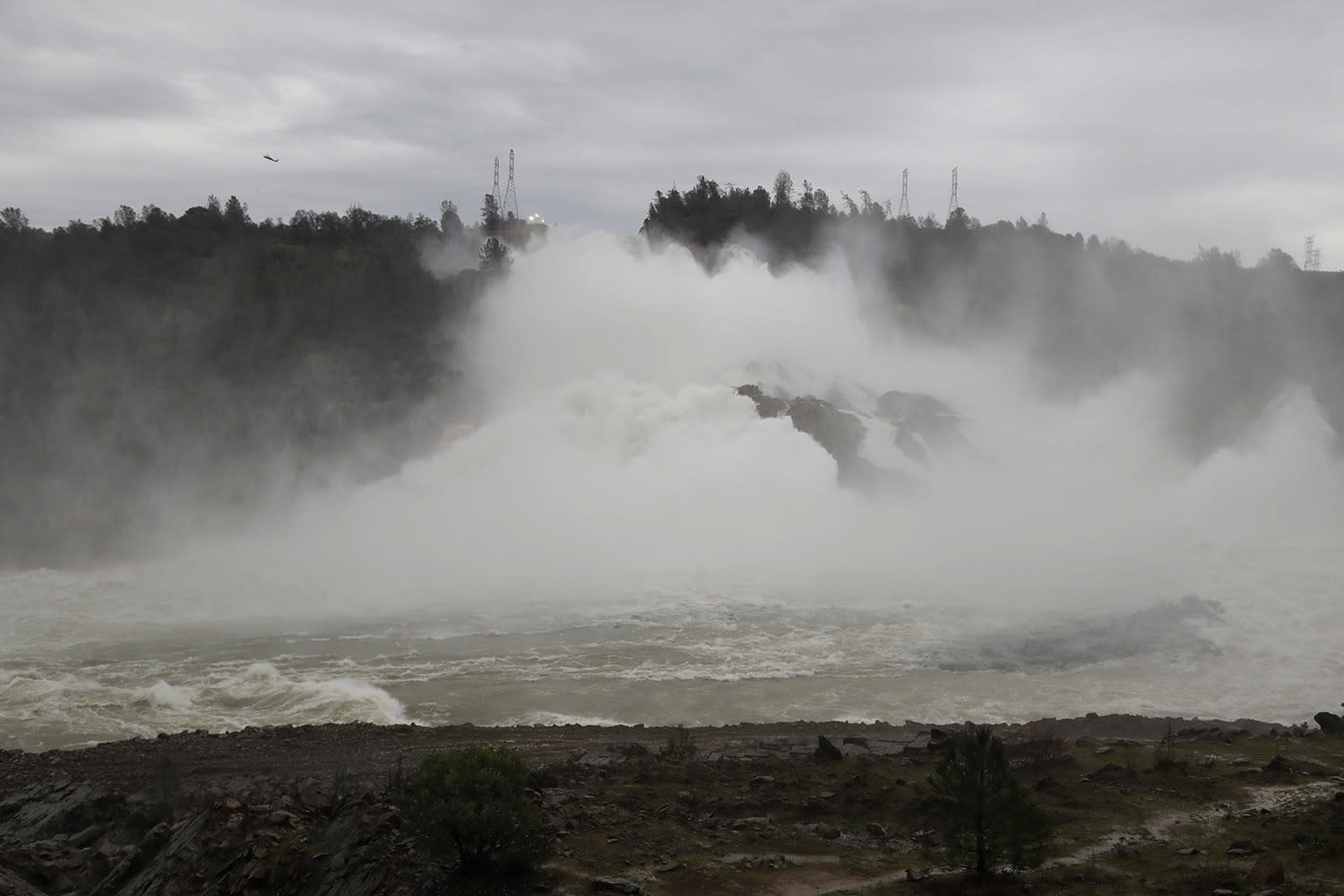 <p>Water gushes down the Oroville Dam's main spillway, Feb. 15, 2017, in Oroville, Calif. (AP Photo/Marcio Jose Sanchez) </p>