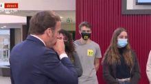 Emmanuel Macron retire son masque pour tousser, oubliant les gestes barrières (Vidéo)