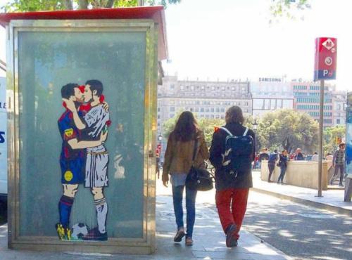 Pintura em Barcelona coloca Messi dando um beijo na boca em CR7