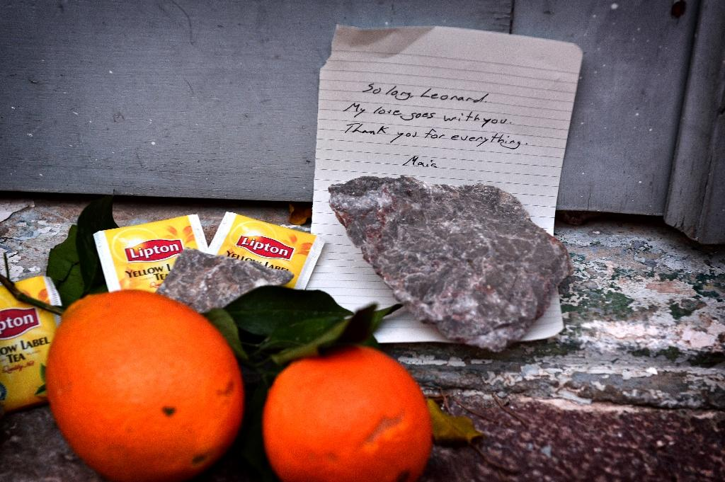 Stones, tea bags and oranges placed outside the summer house of late Canadian singer-songwritter and poet Leonard Cohen, on the Greek island of Hydra, on November 11, 2016 (AFP Photo/Louisa Gouliamaki)