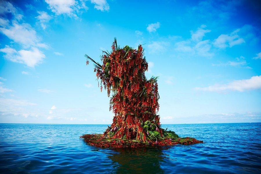 """<p>This 13-foot, 10,000 flower botanical sculpture is the work of Japanese artist <a href=""""http://azumamakoto.com/"""" rel=""""nofollow noopener"""" target=""""_blank"""" data-ylk=""""slk:Azuma"""" class=""""link rapid-noclick-resp"""">Azuma</a> Makoto, who creates colorful bouquets of flowers in """"environments where nature does not allow them to exist."""" Like in the middle of freakin' ocean. (Photo: <a href=""""http://azumamakoto.com/"""" rel=""""nofollow noopener"""" target=""""_blank"""" data-ylk=""""slk:Azuma Makoto"""" class=""""link rapid-noclick-resp"""">Azuma Makoto</a>)<br></p>"""