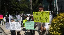 Protestan contra López Obrador frente la embajada de EE.UU. en México