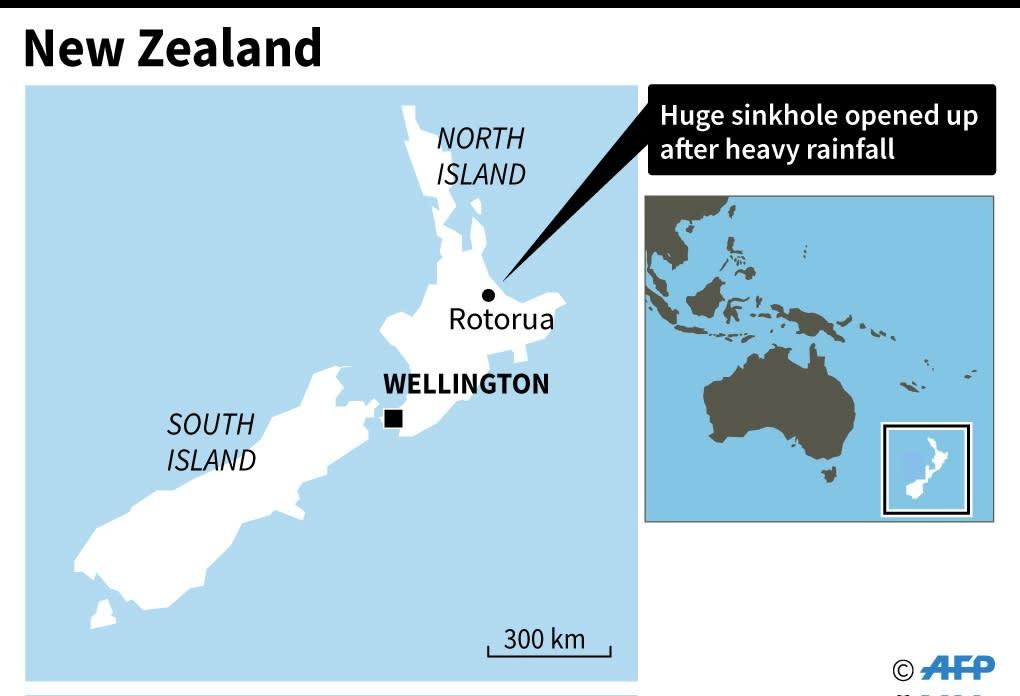 Map locating a huge sinkhole in New Zealand. (AFP Photo/John SAEKI)