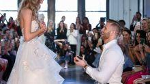Modelo é pedida em casamento na passarela enquanto desfilava para marca de noivas