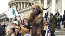 """El perturbador significado de los tatuajes del """"chamán"""" de QAnon, el hombre de los cuernos que irrumpió en el Capitolio"""