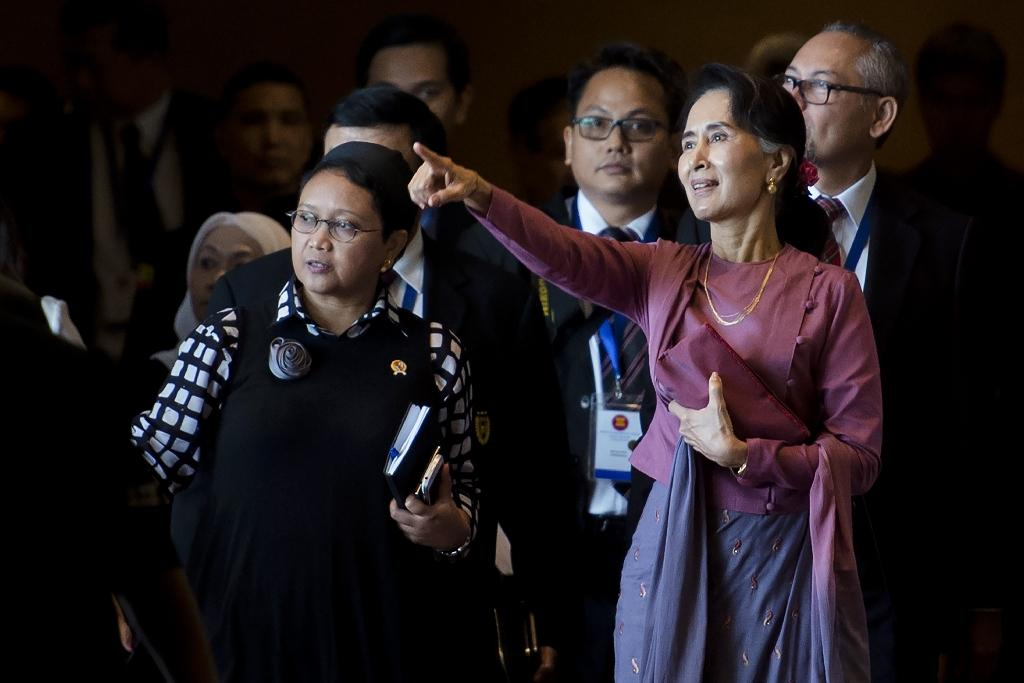 Myanmar's de facto civilian leader Aung San Suu Kyi (right) attends the Association of Southeast Asian Nations foreign ministers' meeting in Yangon on December 19, 2016 (AFP Photo/YE AUNG THU)