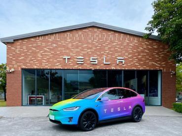 Tesla 與驕傲同行 邀請全民分享「改變」提案 即有機會獲得 2020 限定版彩虹 Model X 三天駕駛體驗