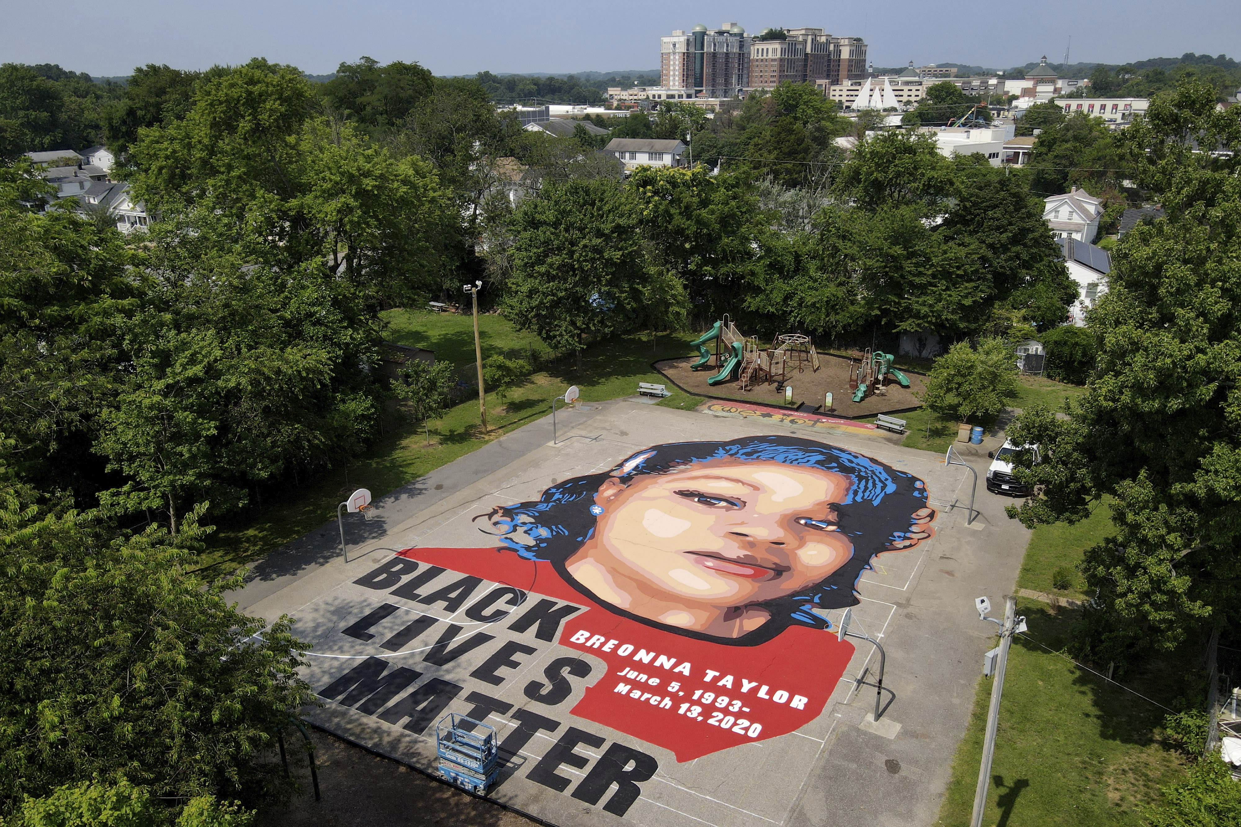 Breonna Taylor S Mother Reaches 12m Settlement Police Reform Agreement With Louisville