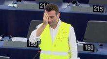 Florian Philippot se cache un œil en soutien aux gilets jaunes
