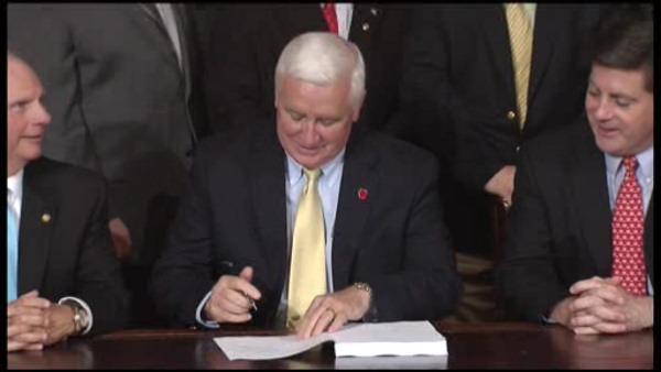 Gov. Corbett signs Pa. budget, as bigger agenda stalls