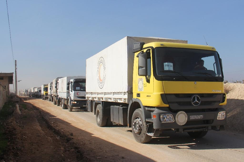 A convoy of aid vehicles heads to Fuaa and Kafraya in Syria's Idlib province, on February 17, 2016 (AFP Photo/Omar haj kadour)