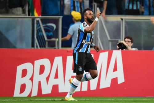 Fernandinho treina com bola e pode entrar na vaga de Bolaños no Grêmio