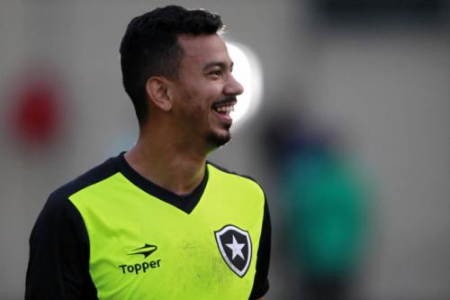 Lindoso revela razão do sucesso do Botafogo: 'Um corre pelo outro'