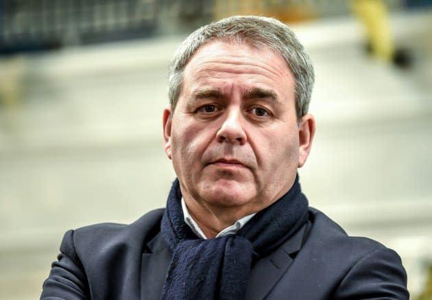 """Violences contre les policiers: Bertrand veut des peines automatiques, Dupond-Moretti fustige une """"logique de la rafle"""""""