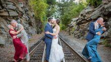 Cette photo de mariage réunit 2 générations d'amoureux