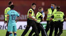 """""""Espontáneo"""" que invadió la cancha en el Mallorca vs Barcelona demostró que no todo estaba listo en realidad"""