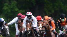 Jockeys tragen Mund-Nasen-Schutz auch im Rennen
