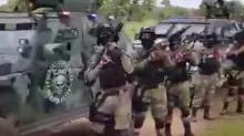 Cartelul de droguri mexican arată în video trupe în uniformă cu arme militare și vehicule blindate