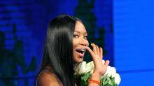 Naomi Campbell de azul eléctrico en Italia