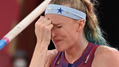 U.S. gold medal hopeful breaks pole, injures hip