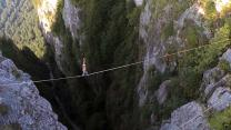 Highliner Walks Over 1000ft Waterfall Without Safety Gear