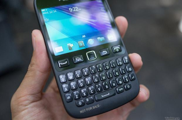BlackBerry 9720 running BB 7.1 OS boldly shows its curves in hands-on video