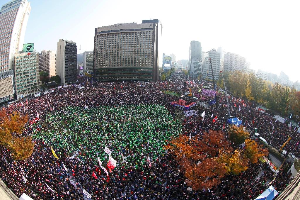 Demonstrators attend a protest against South Korean President Park Geun-Hye in Seoul on November 12, 2016 (AFP Photo/Jeon Heon-Kyun)