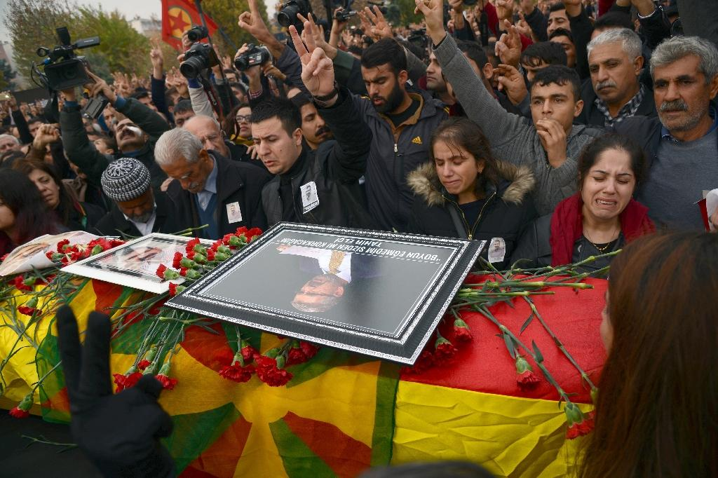Mourners gather in front of the coffin of Kurdish lawyer Turkan Elci, during his funeral the day after his assassination, in Diyarbakir, on November 29, 2015 (AFP Photo/Ilyas Akengin)