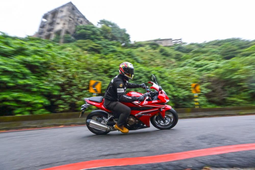 CBR500R騎姿較偏重舒適,適切的身型與重心規劃讓山道駕馭顯得輕鬆自在