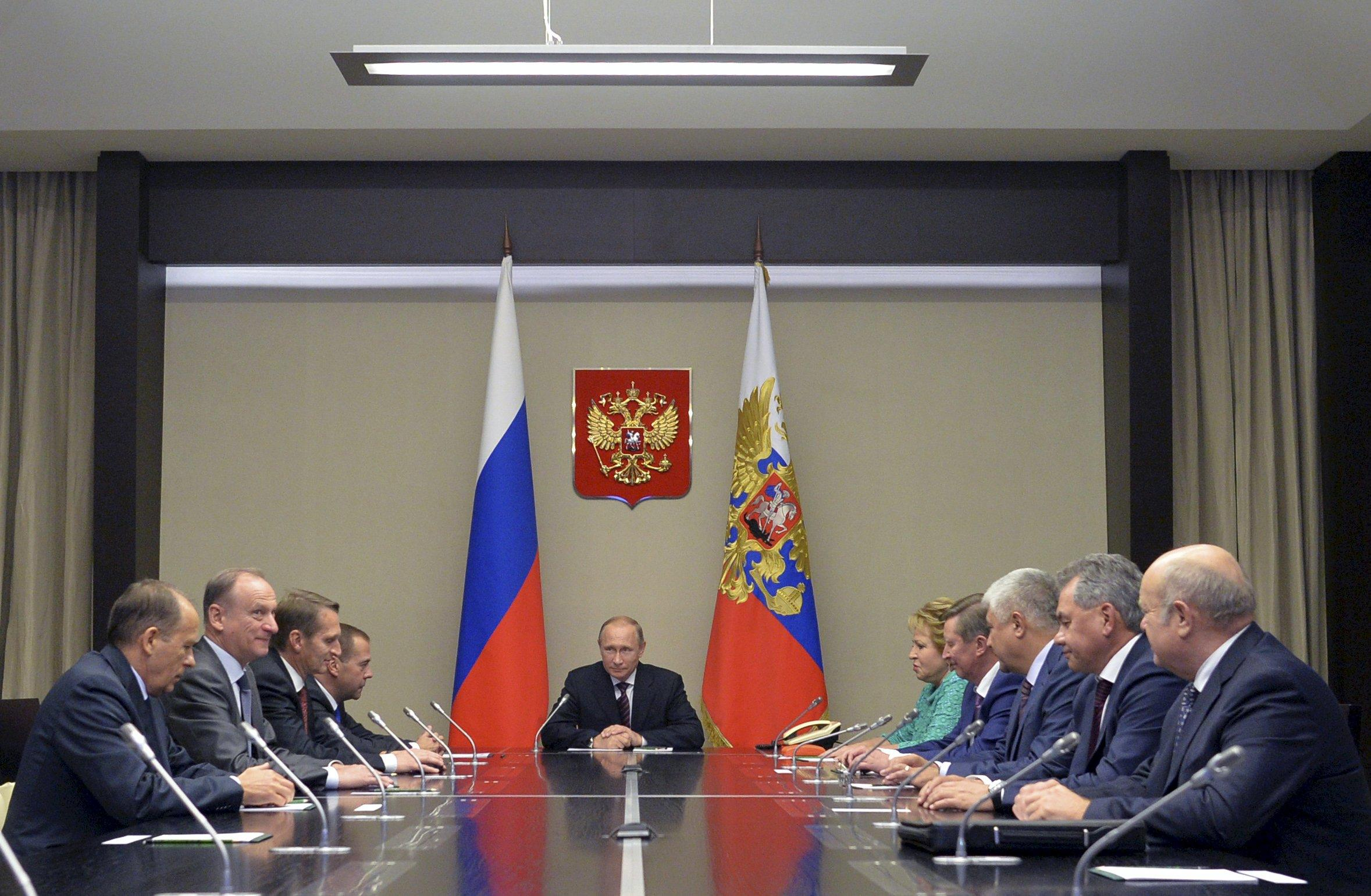Russian President Vladimir Putin (C) chairs a meeting with members of the Security Council at the Novo-Ogaryovo state residence outside Moscow, Russia, September 29, 2015. REUTERS/Alexei Druzhinin/RIA Novosti/Kremlin ATTENTION EDITORS - THIS IMAGE HAS BEEN SUPPLIED BY A THIRD PARTY. IT IS DISTRIBUTED, EXACTLY AS RECEIVED BY REUTERS, AS A SERVICE TO CLIENTS.