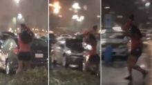 Usó a su hija como paraguas durante una tormenta y desató la polémica