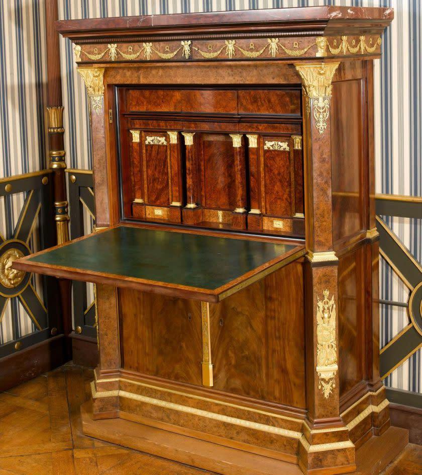 a rueil malmaison percez les nigmes des meubles secrets. Black Bedroom Furniture Sets. Home Design Ideas