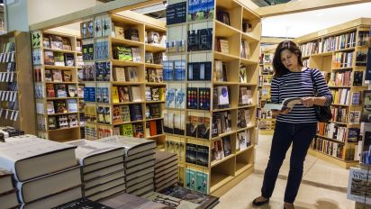 Textbook giant promises lower prices for students