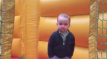 Niño se vuelve viral por cómo 'se divierte' en un castillo inflable