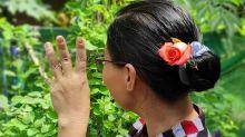 En Birmanie, des fleurs dans les cheveux en hommage à Aung San Suu Kyi