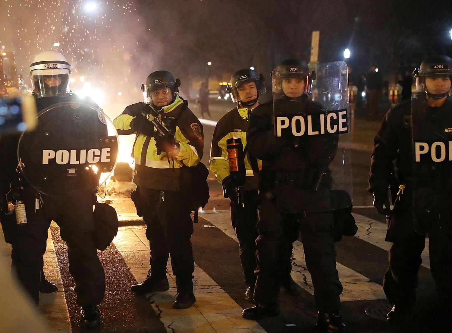 <p>Police officers try to clear the street as protesters make themselves heard following the inauguration of President Donald Trump on January 20, 2017 in Washington, DC. (Joe Raedle/Getty Images) </p>