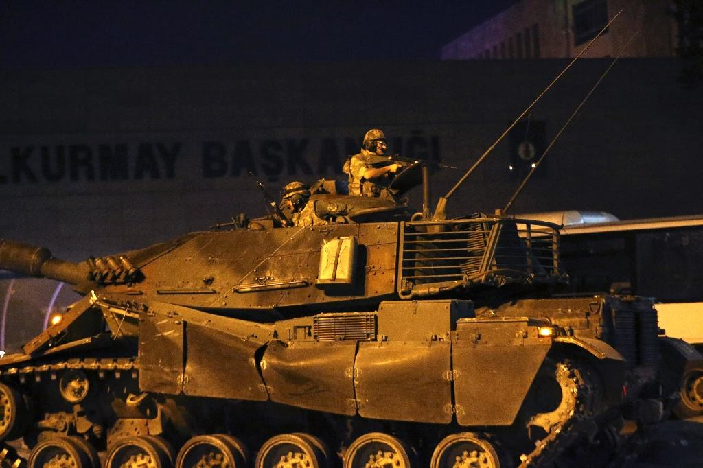 A Turkish tank drives along the streets of Ankara as people protest against military coup (AFP Photo/Adem Altan)