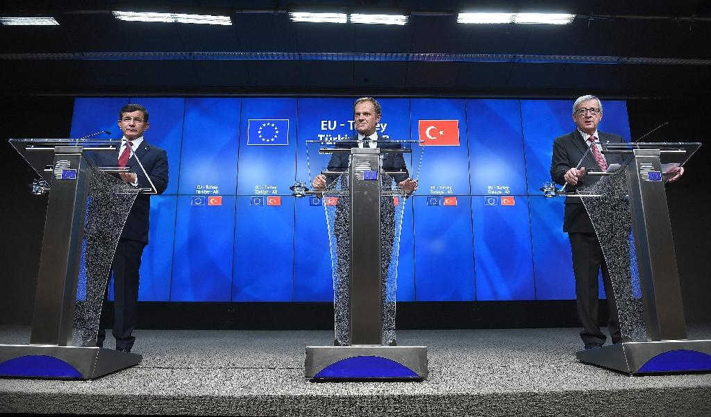 (L-R) Turkish PM Ahmet Davutoglu, European Council president Donald Tusk and European Commission president Jean-Claude Juncker hold a press conference at the end of a summit at the European Council in Brussels on November 29, 2015 (AFP Photo/Emmanuel Dunand)