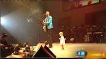 Toddler dances onto stage in front of 5,000