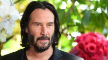 """Roadtrip mit Reeves: """"John Wick""""-Darsteller steigt nach Notlandung mit Fans ins Auto"""