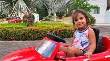 Deborah Secco presenteia Maria Flor com carrinho motorizado de 2 mil reais!
