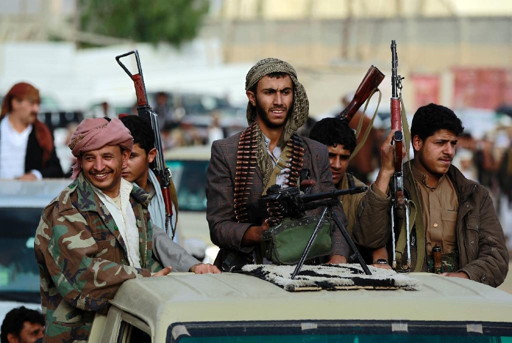 Armed Yemeni tribesmen loyal to the Shiite Huthi rebels gather in the capital Sanaa to mobilize more fighters in June 2016 (AFP Photo/Mohammed Huwais)
