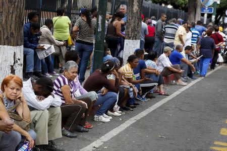 People queue to buy staple items outside state-run Bicentenario supermarket in Caracas August 4, 2015. REUTERS/Carlos Garcia Rawlins