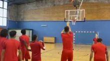 Foot - WTF - Quand les joueurs de Nîmes tentent une reconversion dans le basket...