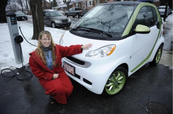 Smart USA won't be stopped by snow, delivers first Fortwo Electric Drive to a customer