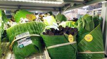 Mercado troca plástico por folhas de bananeira para embalar alimentos